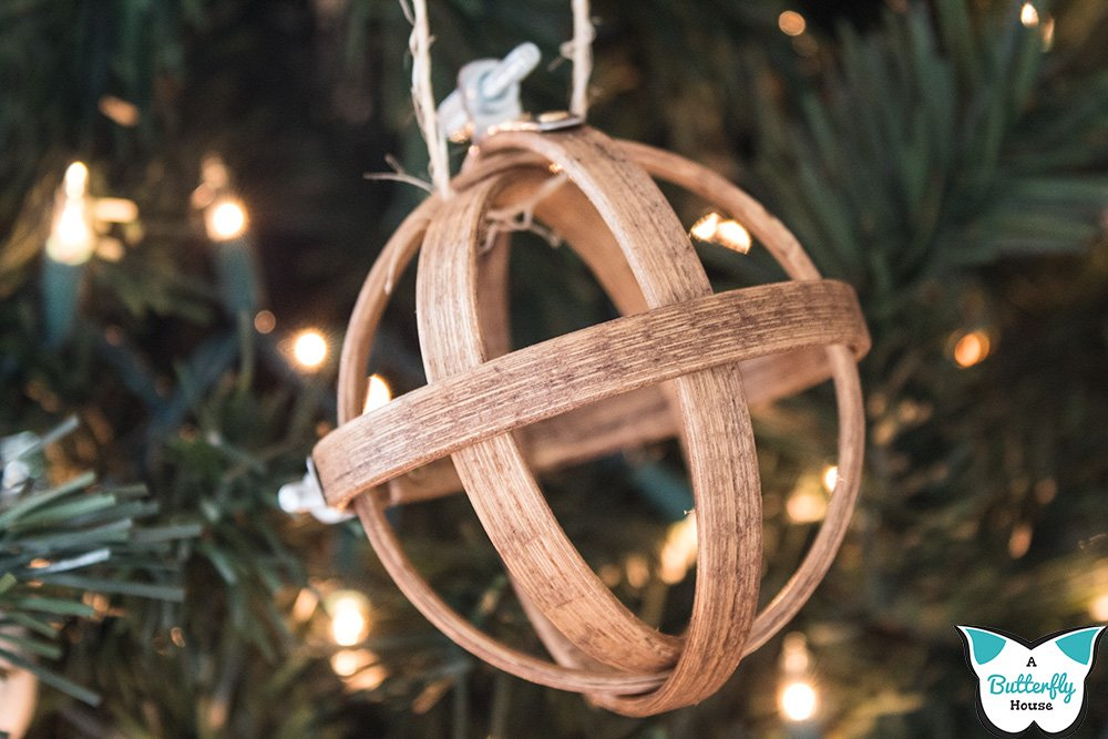 These 7 DIY Christmas Ornaments are genius - I know, because I made them myself! The perfect Pinterest Ornaments to get you started this holiday season! #DIYOrnaments #Crafts