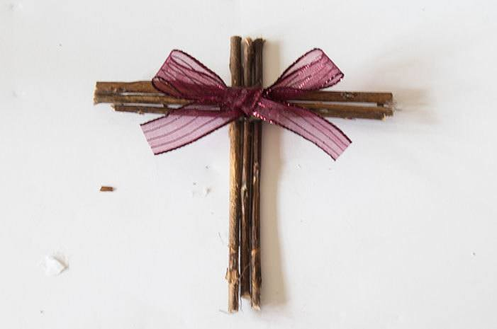 This easy DIY Cross Twig Ornament is an easy 5-minute craft for your Christmas tree! #crafts #DIYOrnaments