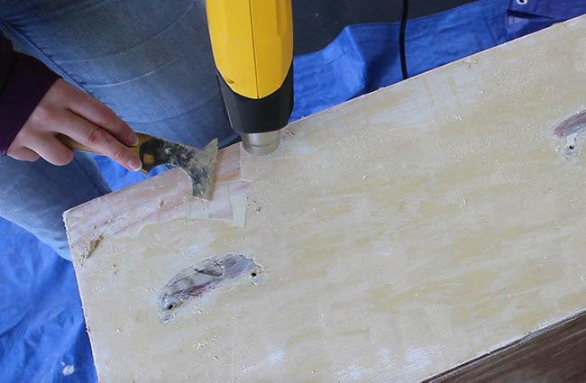 Come see how to strip paint with a heat gun with this step-by-step tutorial! No chemicals necessary - so a non-toxic way to remove paint from a project! #diy #homeimprovement