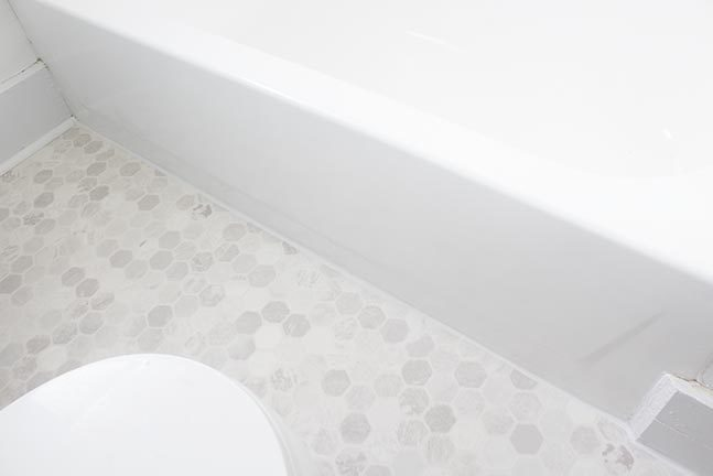 Learn how to install vinyl sheet flooring the easy way! It's a quick and inexpensive bathroom upgrade that will make your bathroom floor look fantastic! #DIY #HomeImprovement