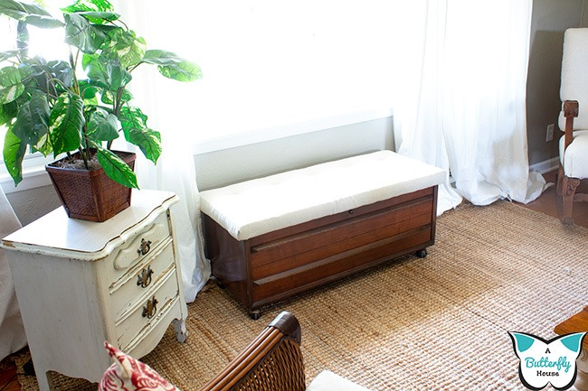 This cedar chest makeover brings a faded chest back to life in a stunning revival! Upholstered and tufted bench top makes the cedar chest a practical addition to any room! #beforeandafter #cedarchest